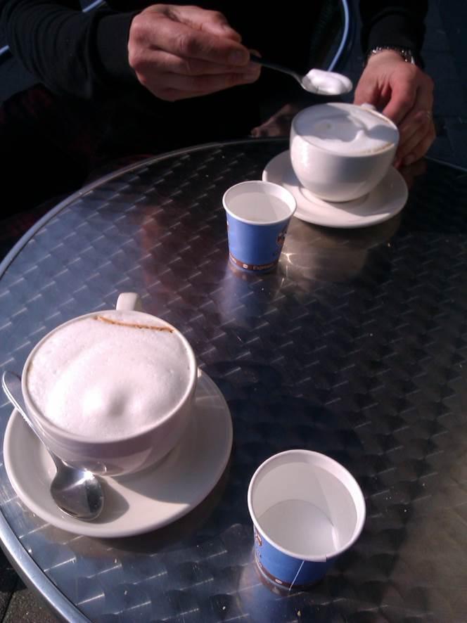 Hanneke Dijkman, werkgeluk , coach, zenleraar, Rotterdam Zuid, New Options twee koffie op tafeltje